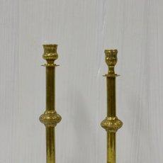 Antigüedades: ANTIGUA PAREJA DE CANDELABROS DE IGLESIA DE BRONCE. XIX. 34 Y 35 CM DE ALTO.. Lote 182571576