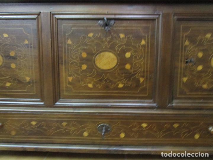 Antigüedades: Antigua Caja de Novia, Baúl, Arcón Catalán - Madera de Nogal y Marquetería - S. XVIII - Foto 2 - 183637205