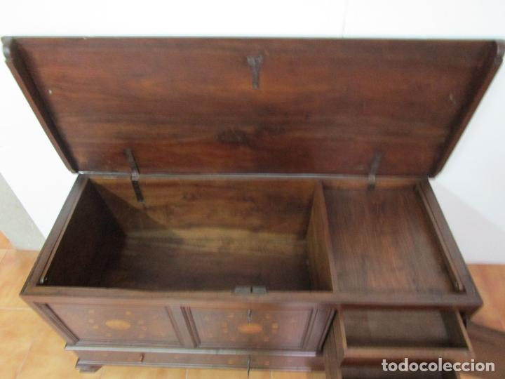 Antigüedades: Antigua Caja de Novia, Baúl, Arcón Catalán - Madera de Nogal y Marquetería - S. XVIII - Foto 8 - 183637205