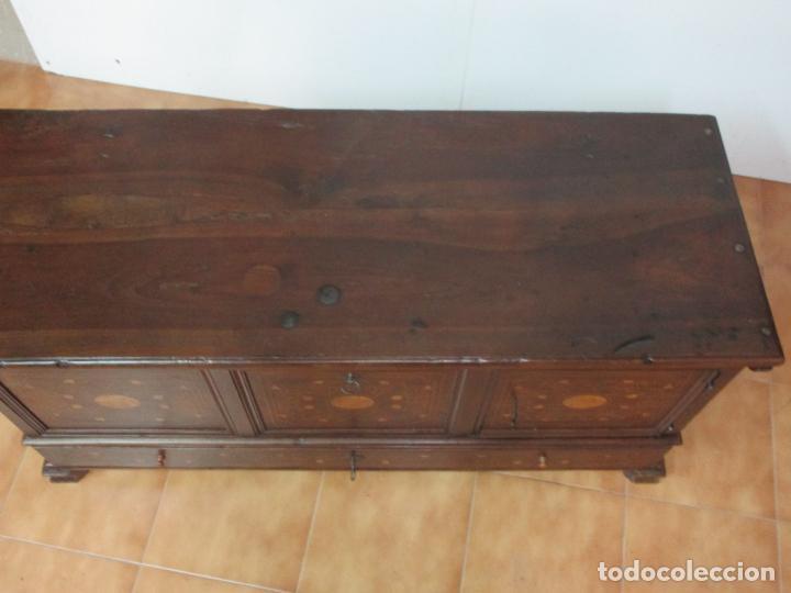 Antigüedades: Antigua Caja de Novia, Baúl, Arcón Catalán - Madera de Nogal y Marquetería - S. XVIII - Foto 13 - 183637205