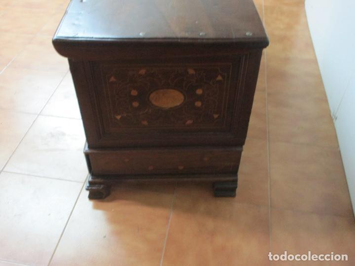 Antigüedades: Antigua Caja de Novia, Baúl, Arcón Catalán - Madera de Nogal y Marquetería - S. XVIII - Foto 16 - 183637205