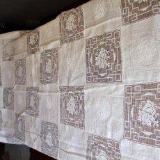 Antigüedades: T8 MARAVILLOSO MANTEL O COLCHA DE LINO, BORDADO MANUAL DE MALLA Y REALCE. DE AJUAR, 240X220 CM. Lote 183645185