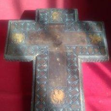 Antiguidades: CURIOSA CRUZ TALLADA FALTA EL CRISTO. VER FOTOS. Lote 183679322