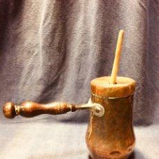 Antigüedades: CHOCOLATERA COBRE MANGO MADERA REMACHES S XVIII 19X28X12CMS REMOVEDOR MADERA BOJ. Lote 183684196