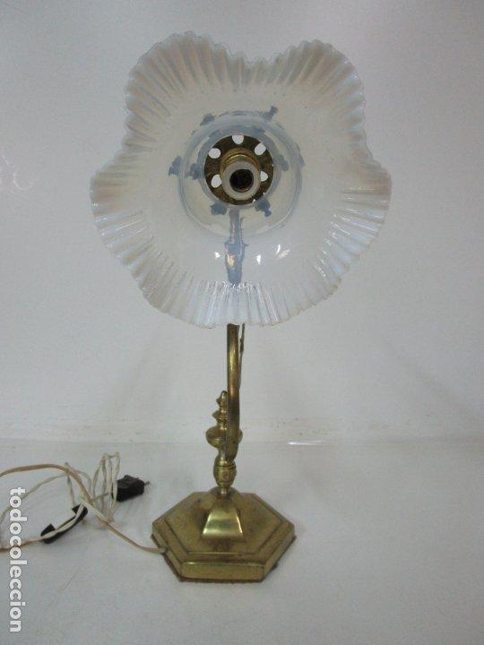 Antigüedades: Lámpara de Sobremesa Modernista - Bronce Cincelado - Tulipa de Cristal - Funciona - Principios S. XX - Foto 6 - 183699898