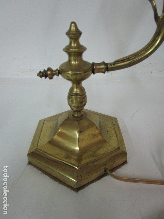 Antigüedades: Lámpara de Sobremesa Modernista - Bronce Cincelado - Tulipa de Cristal - Funciona - Principios S. XX - Foto 9 - 183699898