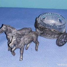 Antigüedades: ANTIGUO CENICERO DE METAL CARRO CON CABALLOS Y CRISTAL TALLADO EN MUY BUEN ESTADO. Lote 233787430