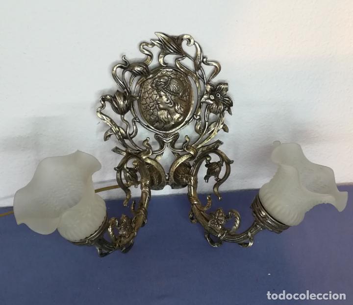 ANTIGUO APLIQUE O LÁMPARA DE PARED DE METAL FUNDIDO CON DOS BRAZOS Y TULIPAS DE CRISTAL (1) (Antigüedades - Iluminación - Apliques Antiguos)