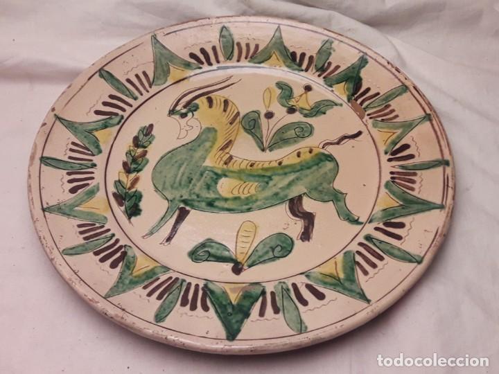 BELLO ANTIGUO PLATO POSIBLE PUENTE DEL ARZOBISPO FIRMADO COLILOLA 27CM (Antigüedades - Porcelanas y Cerámicas - Puente del Arzobispo )