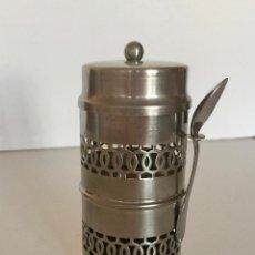 Antigüedades: BOTE METAL CON TAPA Y SU CUCHARA MENESES BANO PLATA PLATEADO-VINTAGE-PARA GUARDAR EL BOTE DE CAFE. Lote 183772630