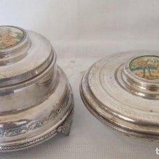 Antigüedades: PRECIOSAS DOS PIEZAS DE ANTIGUO JUEGO DE TOCADOR. POLVERA Y JOYERO/GUARDA ALGODONES, EN PLAQUE. Lote 183773293