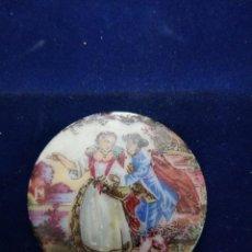 Antigüedades: CABUCHON LIMOGES IMAGEN ROMÁNTICA . Lote 183783506