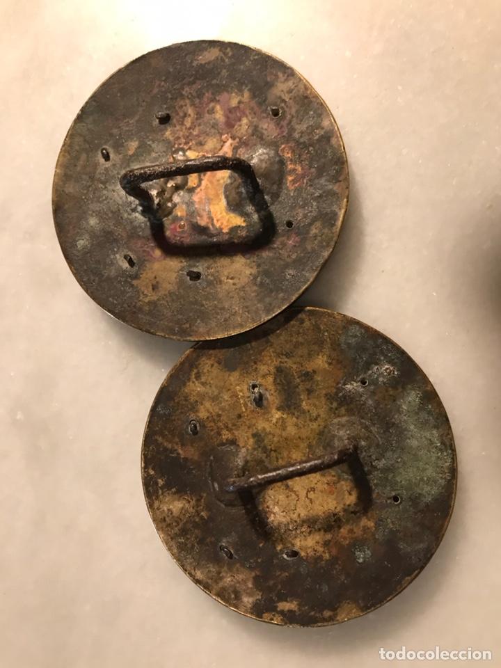 Antigüedades: Piezas de bronce con escudo heráldico ducado para arreos de montar caza hipica - Foto 2 - 183784758