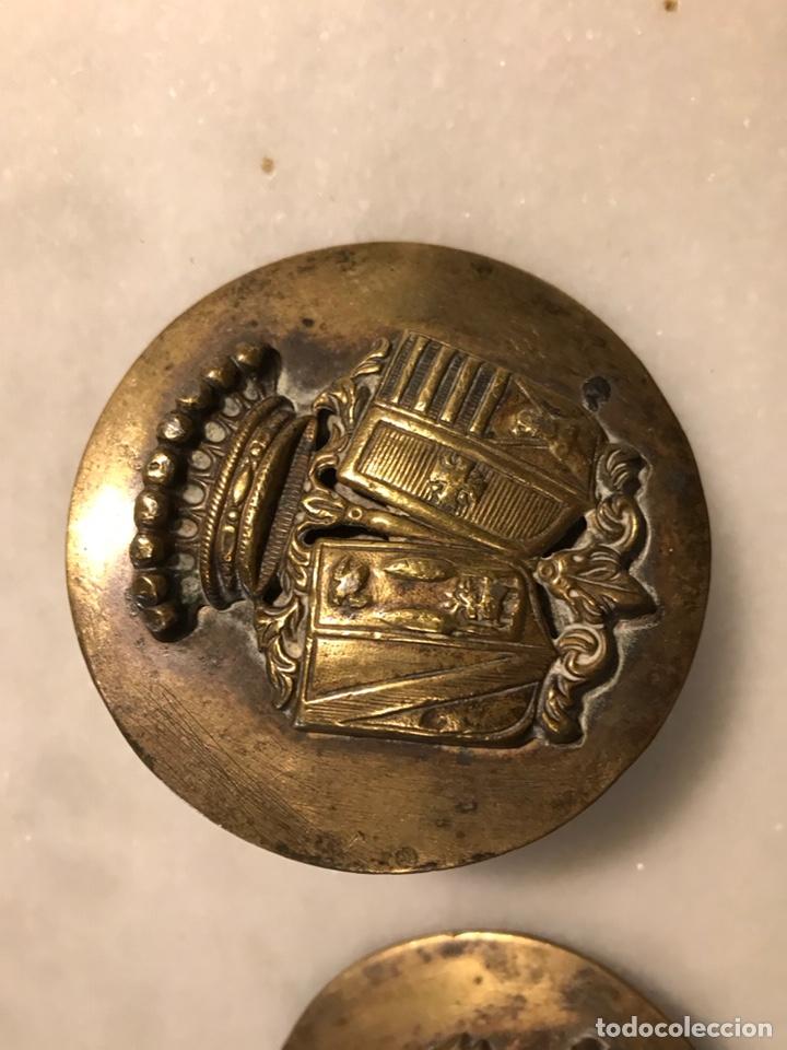 Antigüedades: Piezas de bronce con escudo heráldico ducado para arreos de montar caza hipica - Foto 4 - 183784758