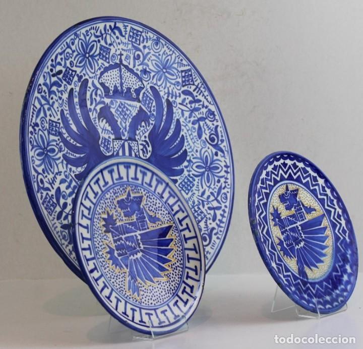 CONJUNTO DE TRES PLATOS DE CERÁMICA ESPAÑOLA, FAJALAUZA, GRANADA (Antigüedades - Porcelanas y Cerámicas - Fajalauza)
