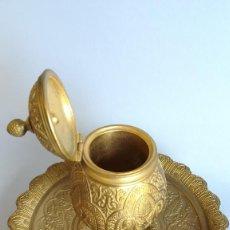 Antigüedades: TINTERO DE BRONCE DORADO SIGLO XIX. Lote 183821458