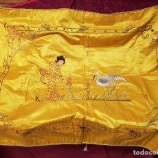Antigüedades: IMPORTANTE COLCHA FILIPINA DE SEDA BORDADA CON GRECA DE HILO DE ORO. S. XIX.. Lote 183826410