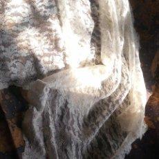 Antigüedades: ~~~~ PRECIOSA MANTILLA DE BLONDA CON MUCHA CAIDA EN BONITO TONO MARFIL, SUAVE ,MIDE 2M X 60 CM. ~~~~. Lote 183828312