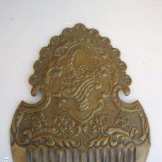 Antigüedades: PEINETA LATÓN REPUJADO. INDUMENTARIA S XIX. Lote 183831412