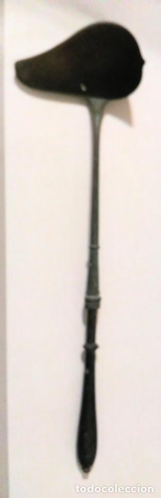 CUCHARON METAL LATON CON MANGO DE MADERA (Antigüedades - Técnicas - Rústicas - Utensilios del Hogar)