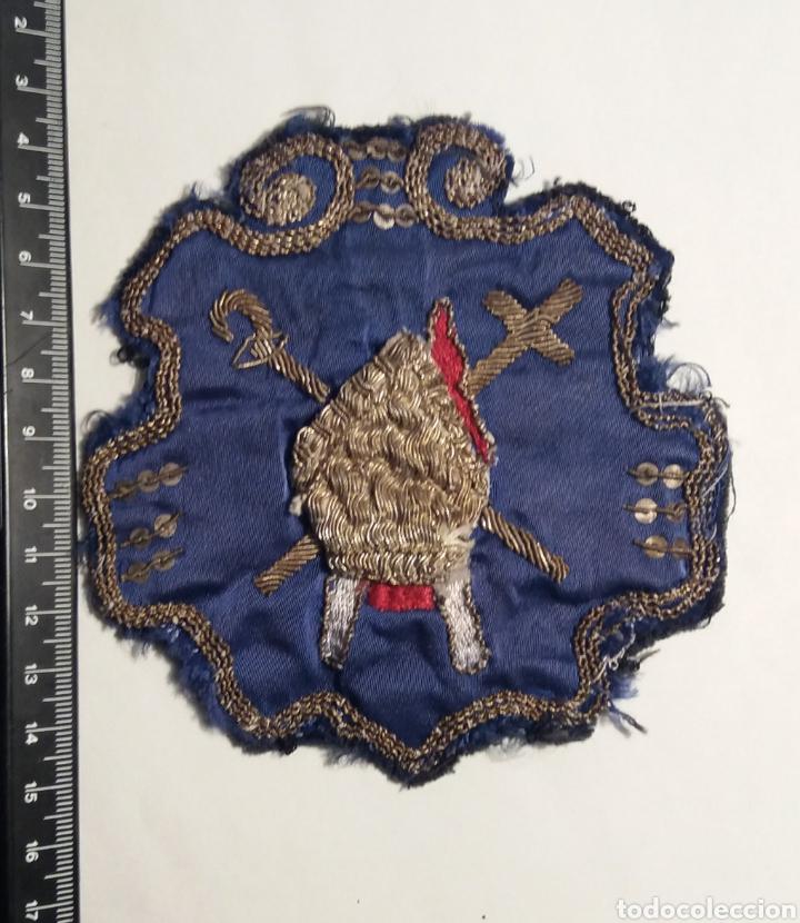 Antigüedades: SEMANA SANTA SEVILLA ANTIGUO ESCUDO DE NAZARENO DE LA HINIESTA - Foto 3 - 183883046