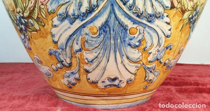 Antigüedades: GRAN JARRÓN CON PEANA. CERÁMICA ESMALTADA. TALAVERA. SIGLO XIX-XX. - Foto 3 - 183886468