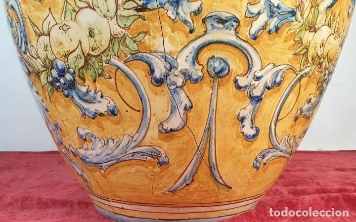 Antigüedades: GRAN JARRÓN CON PEANA. CERÁMICA ESMALTADA. TALAVERA. SIGLO XIX-XX. - Foto 4 - 183886468
