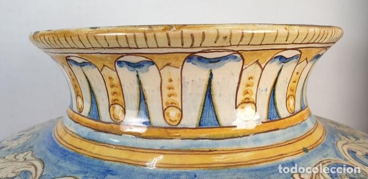 Antigüedades: GRAN JARRÓN CON PEANA. CERÁMICA ESMALTADA. TALAVERA. SIGLO XIX-XX. - Foto 7 - 183886468