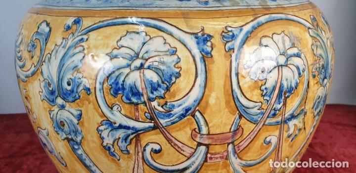 Antigüedades: GRAN JARRÓN CON PEANA. CERÁMICA ESMALTADA. TALAVERA. SIGLO XIX-XX. - Foto 9 - 183886468