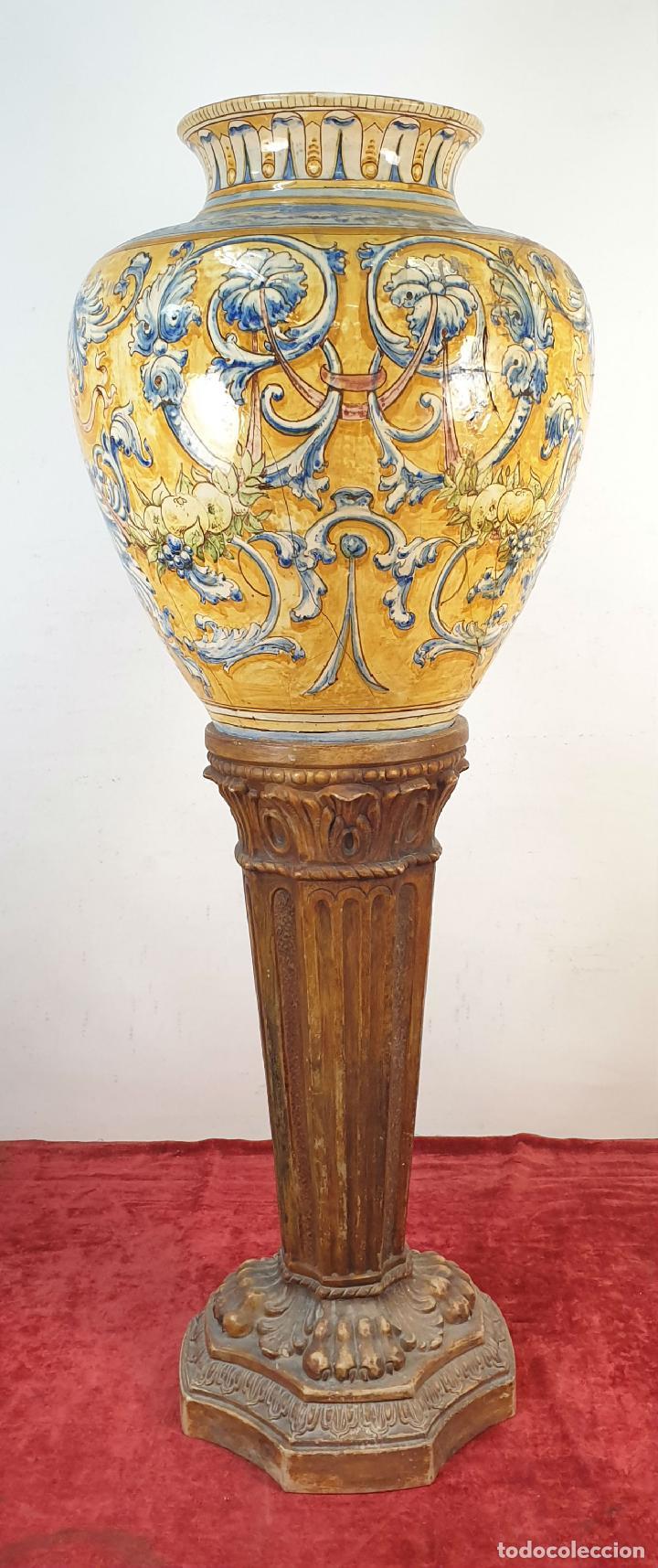 GRAN JARRÓN CON PEANA. CERÁMICA ESMALTADA. TALAVERA. SIGLO XIX-XX. (Antigüedades - Porcelanas y Cerámicas - Talavera)