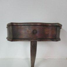 Antigüedades: ANTIGUA MÉNSULA BOMBEADA, CON CAJÓN - MESITA - MADERA DE PINO -PRINCIPIOS S. XX. Lote 183887737