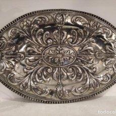 Antigüedades: ANTIGUA BANDEJA DE PLATA DE LEY REPUJADA.. Lote 183888936