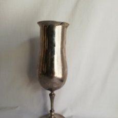 Antigüedades: COPA O CALIZ PARA VINO EN METAL COLOR PLATA. Lote 183912888