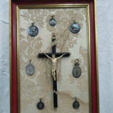 Antigüedades: CRUZ HUESO Y MEDALLAS VARIAS. Lote 183926316