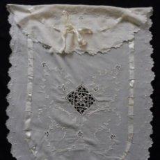 Antigüedades: ANTIGUA COLCHA DE MUSELINA BORDADOS Y ENCAJES PARA CUNA-CAMA MUÑECA PPIO.S.XX. Lote 183928500