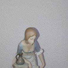 Antigüedades: FIGURA NAO DAMA EN LA FUENTE. Lote 183957285
