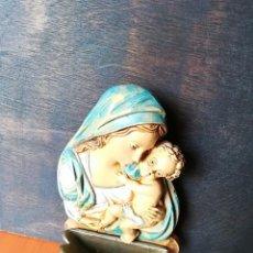 Antigüedades: BENDITERA DE CERÁMICA DE LA VIRGEN CON JESÚS HECHA EN ITALIA. Lote 183974936