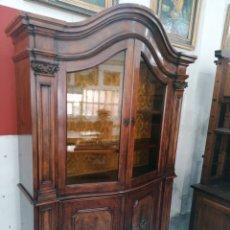 Antigüedades: APARADOR VITRINA DE NOGAL. Lote 183996686