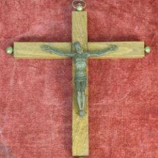 Antigüedades: CRUCIFIJO DE MADERA. CRISTO DE BRONCE. REMATES Y TEXTO DE BRONCE. SIGLO XX. . Lote 184000143