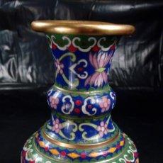 Antigüedades: JARRÓN EN BRONCE Y ESMALTE CLOISSONÉ. DISEÑO DE AVE Y FLORES EN DIVERSAS TONALIDADES. CHINA.. Lote 184001768