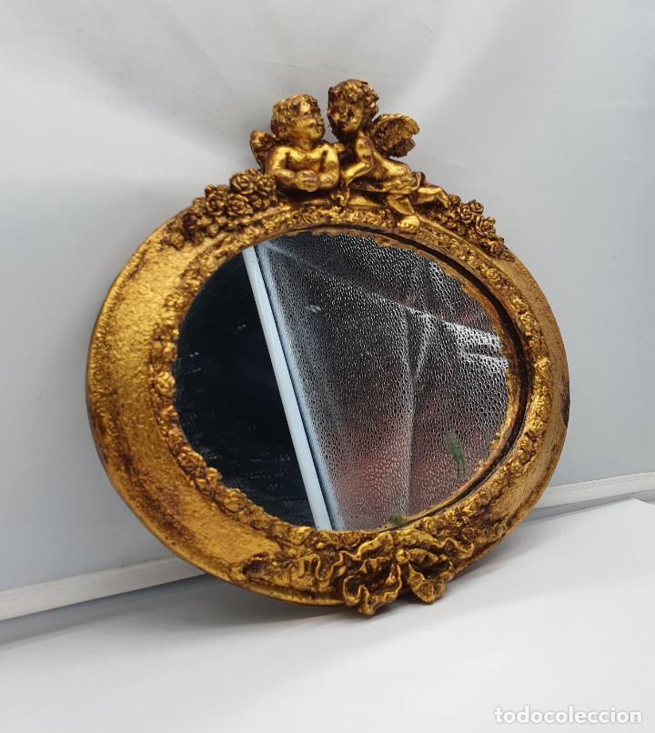 Antigüedades: Bello espejo antiguo de estilo rococó con forma oval, angelotes en relieve y acabado en pan de oro . - Foto 2 - 184053620