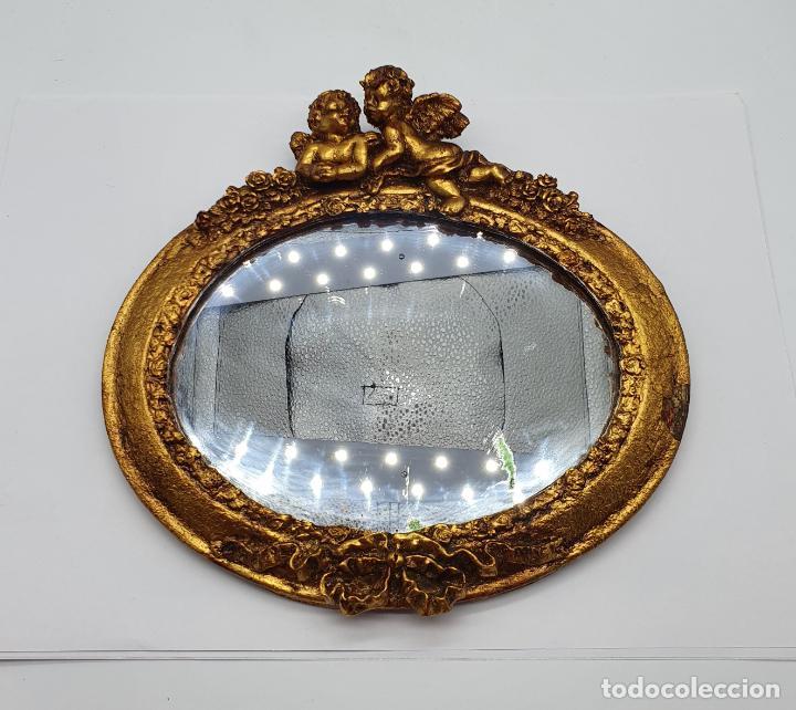 Antigüedades: Bello espejo antiguo de estilo rococó con forma oval, angelotes en relieve y acabado en pan de oro . - Foto 3 - 184053620
