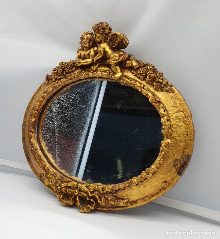 Antigüedades: Bello espejo antiguo de estilo rococó con forma oval, angelotes en relieve y acabado en pan de oro . - Foto 4 - 184053620