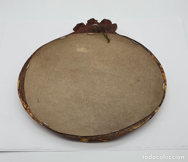 Antigüedades: Bello espejo antiguo de estilo rococó con forma oval, angelotes en relieve y acabado en pan de oro . - Foto 5 - 184053620