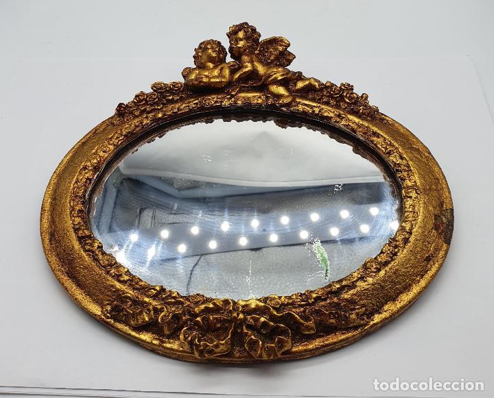 Antigüedades: Bello espejo antiguo de estilo rococó con forma oval, angelotes en relieve y acabado en pan de oro . - Foto 6 - 184053620