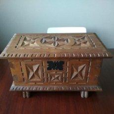 Antiquités: ARCA TALLADA DE CASTAÑO. Lote 184085153