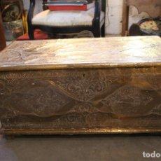 Antigüedades: ARCA DE MADERA TIPO CAOBA Y FORRADA EN METAL REPUJADO. INDONESIA AÑOS 60. Lote 184091267