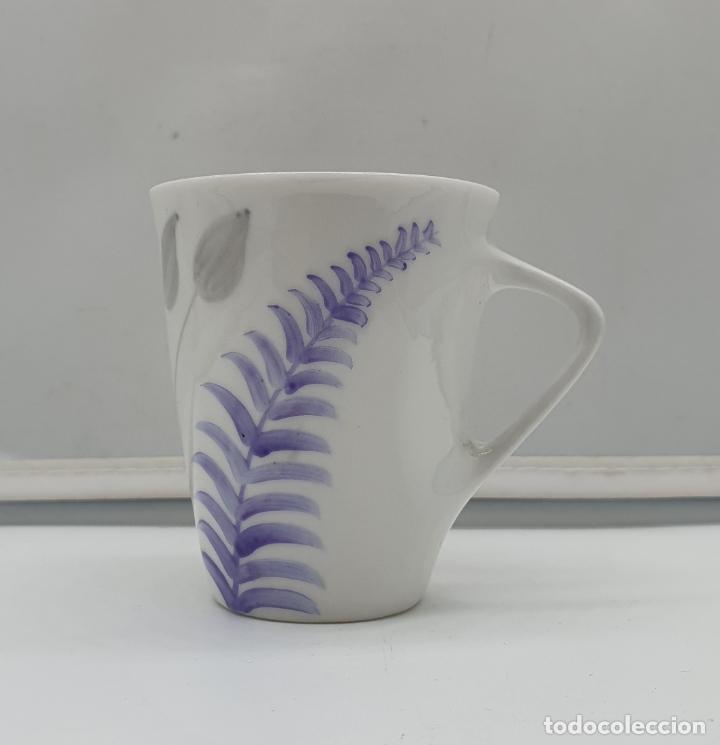 Antigüedades: Precioso juego de plato y taza de café antiguo en porcelana fina de castro galicia pintada a mano. - Foto 2 - 184132165