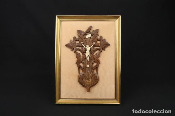 ANTIGUO CRUCIFIJO EN MADERA Y CRISTO EN HUESO TALLADO (Antigüedades - Religiosas - Crucifijos Antiguos)
