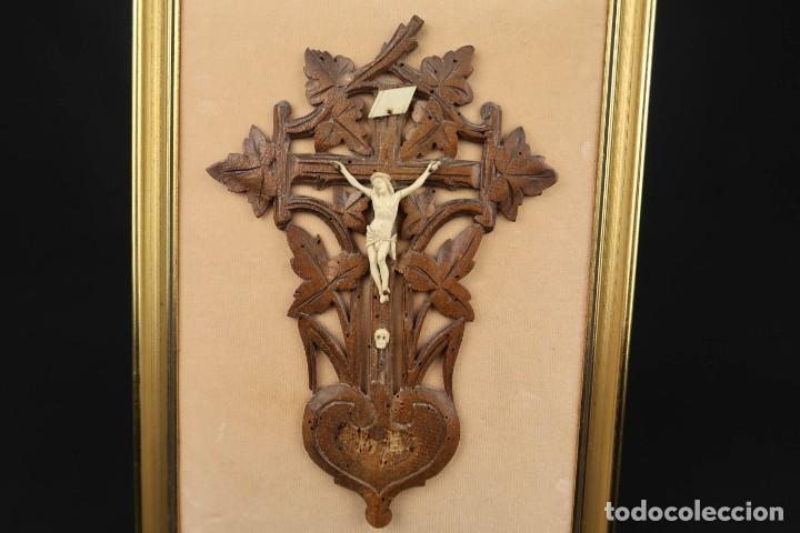 Antigüedades: Antiguo Crucifijo en madera y Cristo en Hueso Tallado - Foto 2 - 184192628